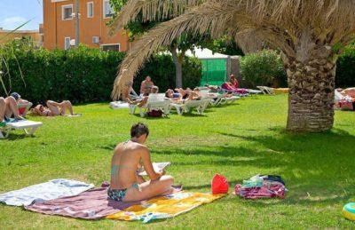 Campsite le Petit Mousse Sunbathing
